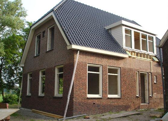 Naast de oude woning hebben wij een nieuwe bedrijfswoning gebouwd.  Locatie:Rijksstraatweg, Schipluiden Architect:Butek, De Lier Bouwperiode:2013 Bouwsysteem:Traditioneel … Lees verder…