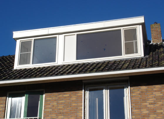 In beide dakvlakken is een dakkapel geplaatst. Aan de achterzijde een grote dakkapel en aan de voorzijde een kleinere. Er zijn kunststof kozijnen gebruikt en zijwangen van trespa.  Locatie:Kijckerweg, De Lier Bouwperiode:November… Lees verder…