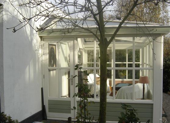 De serre moest gebouwd worden aan een oude woning en daarom werd de stijl aangepast aan die vande woning. Alles natuurlijk geheel in overleg en volgens de wensen van de… Lees verder…